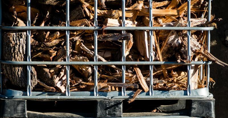 IBC Gitterbox als Lagereinheit für Brennholz