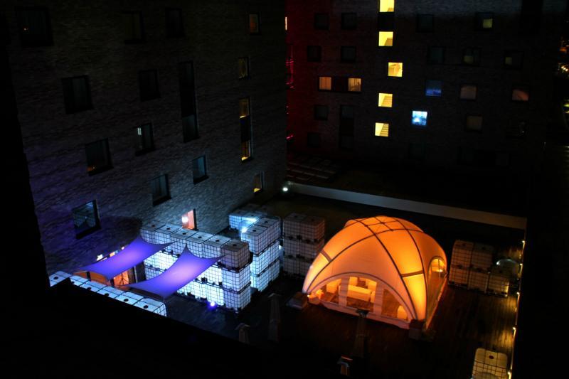 Von innen beleuchtete IBC Container als Partydeko
