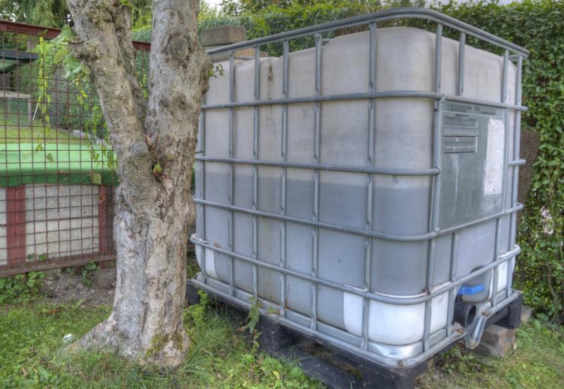 Mit Kunststoffkleber und Reparaturkerzen aus entsprechendem Kunststoff kann ein IBC-Tank repariert werden