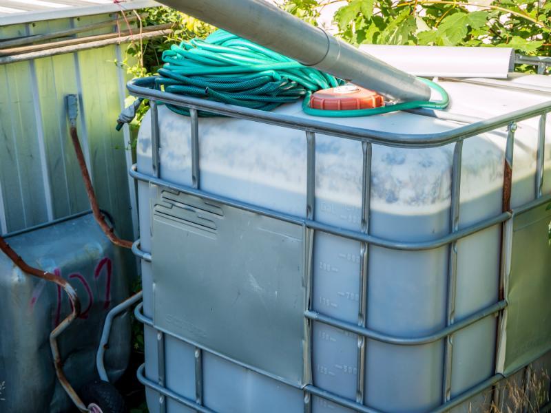 IBC Wassertank an ein moeglichst schattiges Plaetzchen stellen