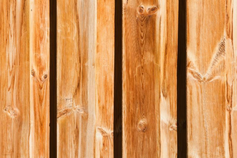 Breite senkrechte Holzbretter in einem warmen Orange-Farbton
