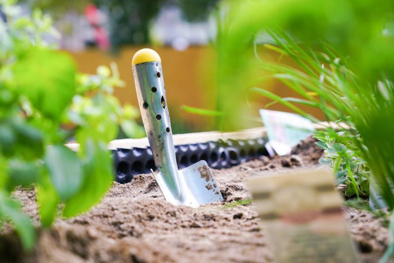 Gartenarbeit im Hochbeet