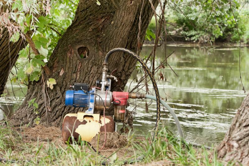 Hauswasserwerk-Pumpe an einem Flussufer