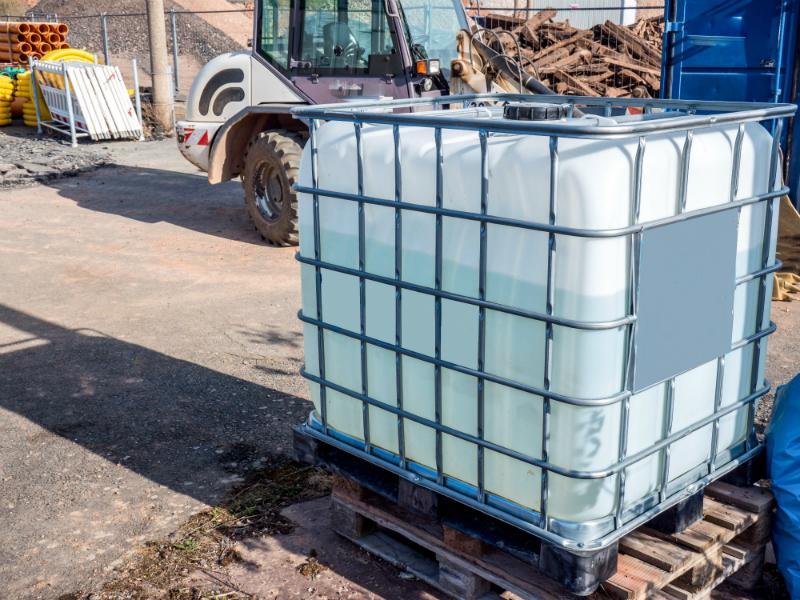 IBC Wassertank auf einer Baustelle