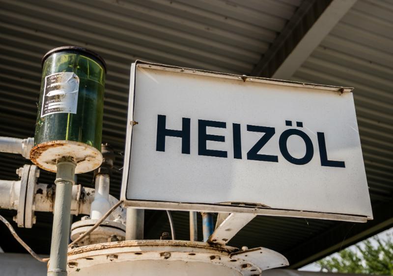 Heizoel Schild