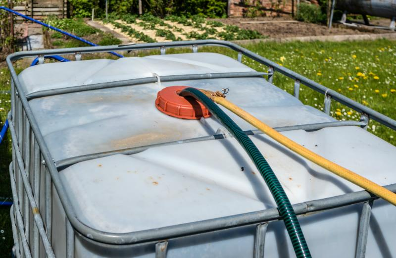 IBC Wassertank im Garten