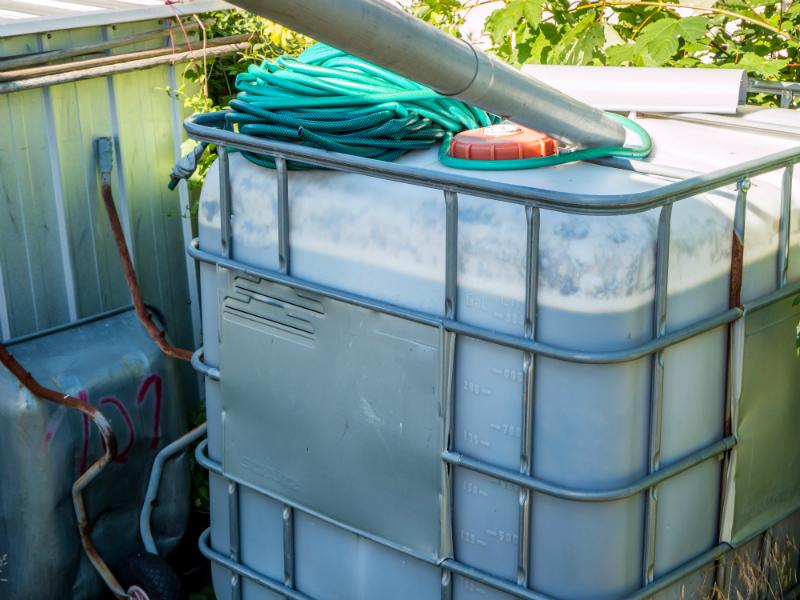 Wassertank in den Schatten stellen