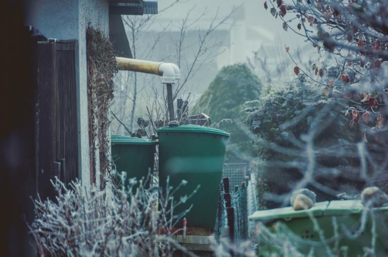 Wassertonne in Kleingarten im Winter