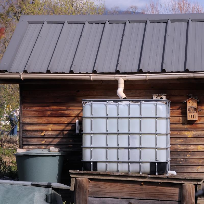 Regenwassertank moeglichst in der Naehe des Fallrohrs der Dachrinne platzieren