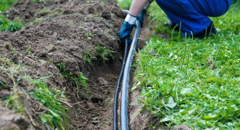 Einen Bewässerungsschlauch verlegen