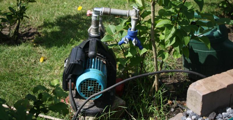 Eine Wasserpumpe im Garten