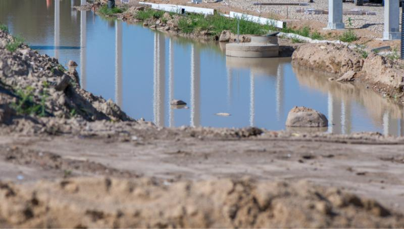 Wasser in einer Baugrube