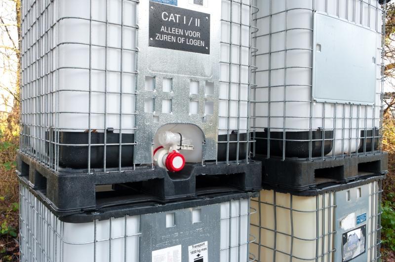 Chemische Container auf Europaletten aus Kunststoff