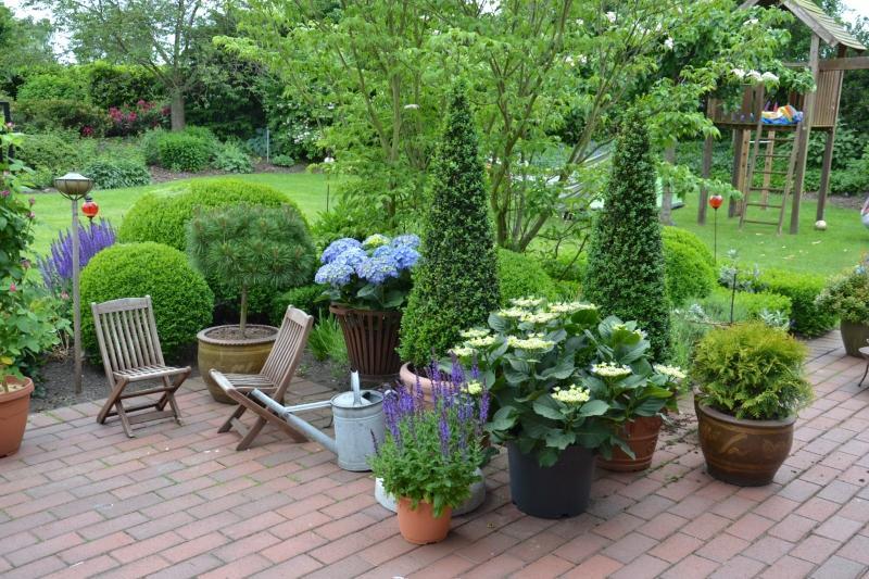 Terrasse mit Pflanzkuebeln