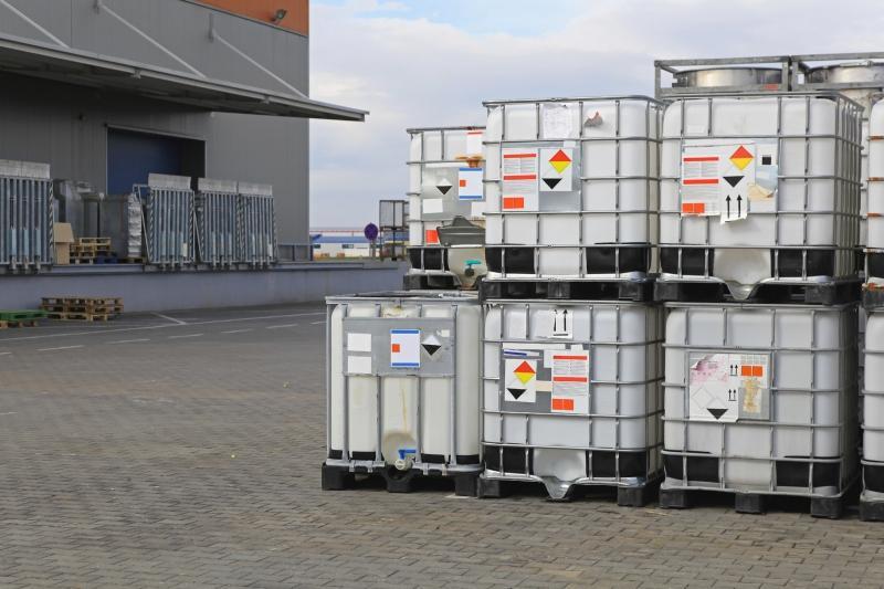 Gestapelte IBC Container auf Kunststoffpaletten