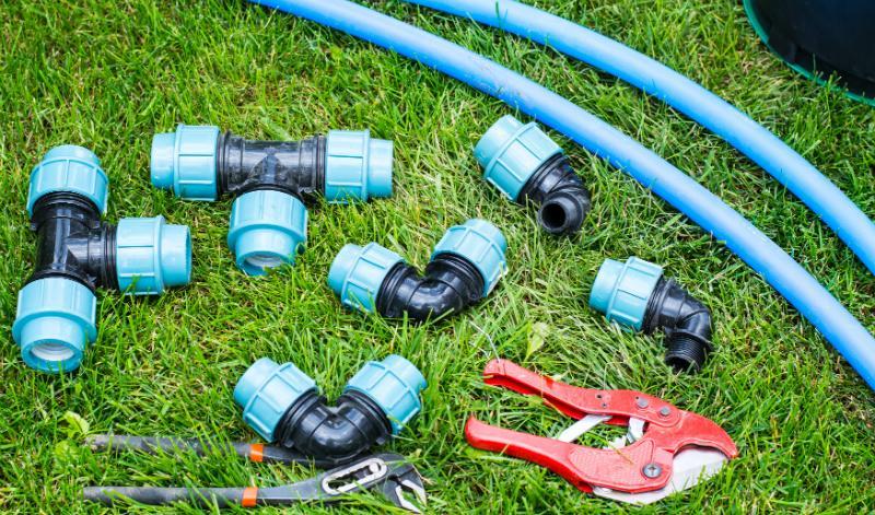 Komponenten zum Bau einer Rasenbewässerung