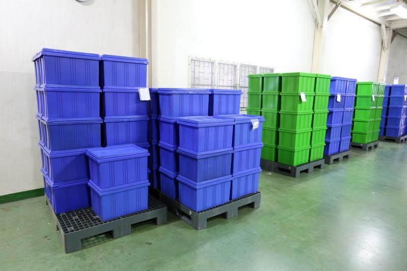 Plastikboxen auf Kunststoffpaletten