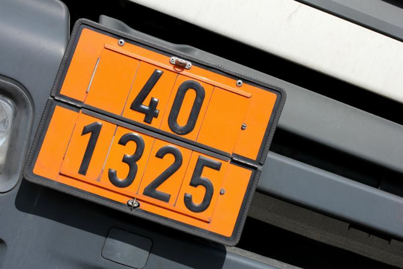 LKW mit Gefahrgut-Kennzeichnung