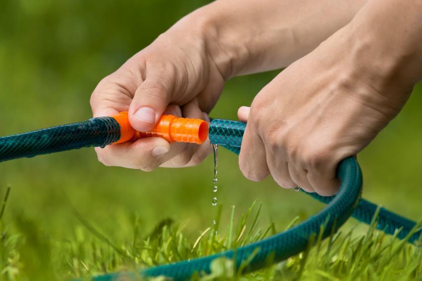Eine Leitung mit Gartenschläuchen und passenden Verbindungsstücken legen