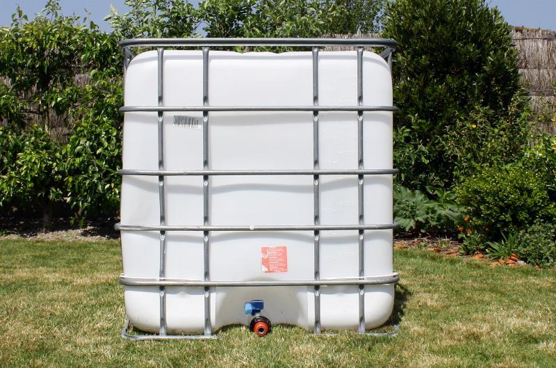IBC Container zur Regenwassernutzung im Garten