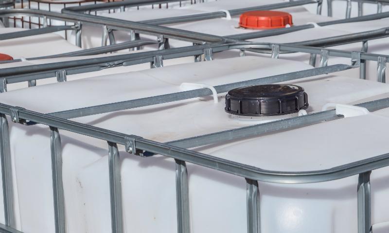Mehrere IBCs zusammen sind ideal für die Lagerung von viel Regenwasser im Garten