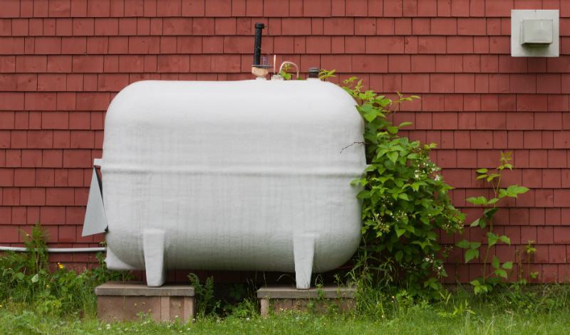 Tank an einer Hauswand