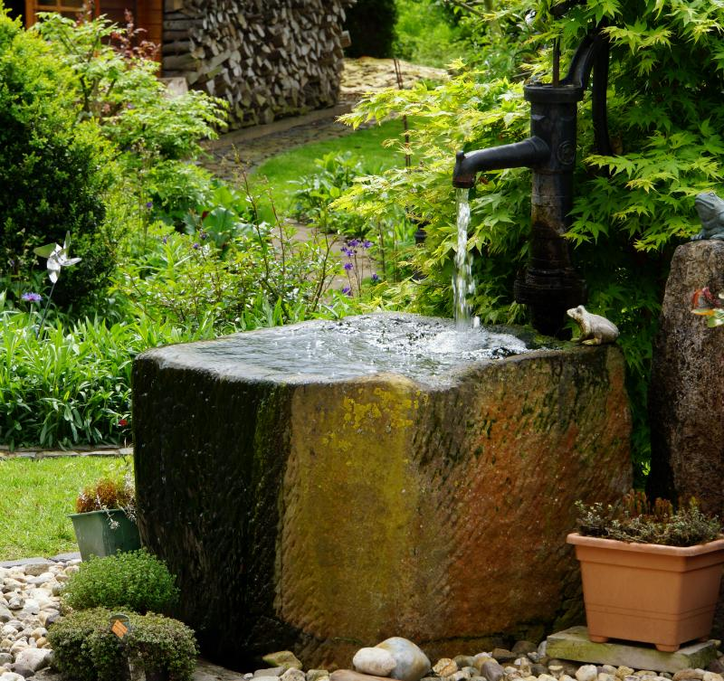 Der klassische Pump-Brunnen mit Handbedienung