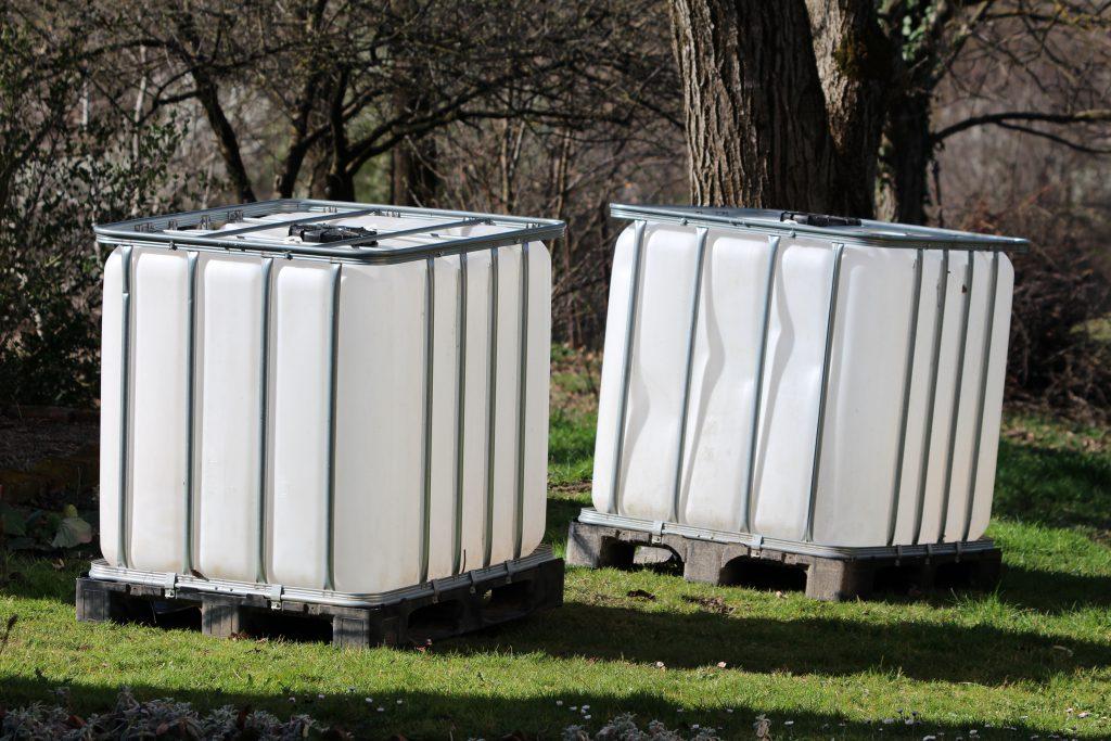 2 IBC Container im Garten