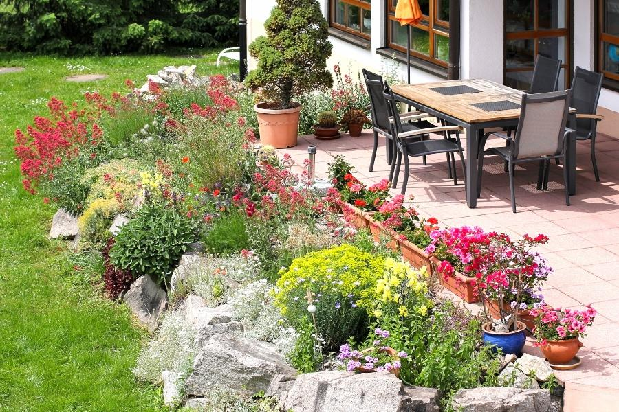 terrasse-kuebelpflanzen-steingarten-bewaesserungssysteme-topfpflanzen