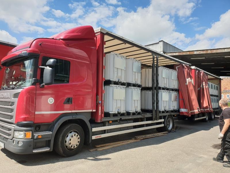 Transport von IBC Containern in einem Lkw auf INdustriepaletten
