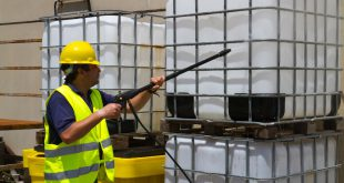 Mann reinigt IBC Container