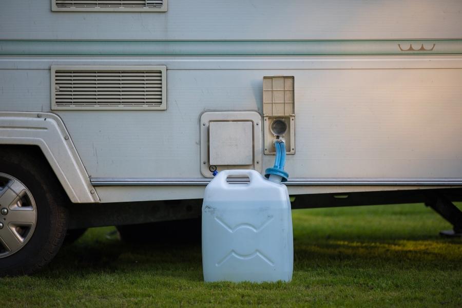 Wasserkanister an einem Wohnwagen wasserbehaelter-beim-camping