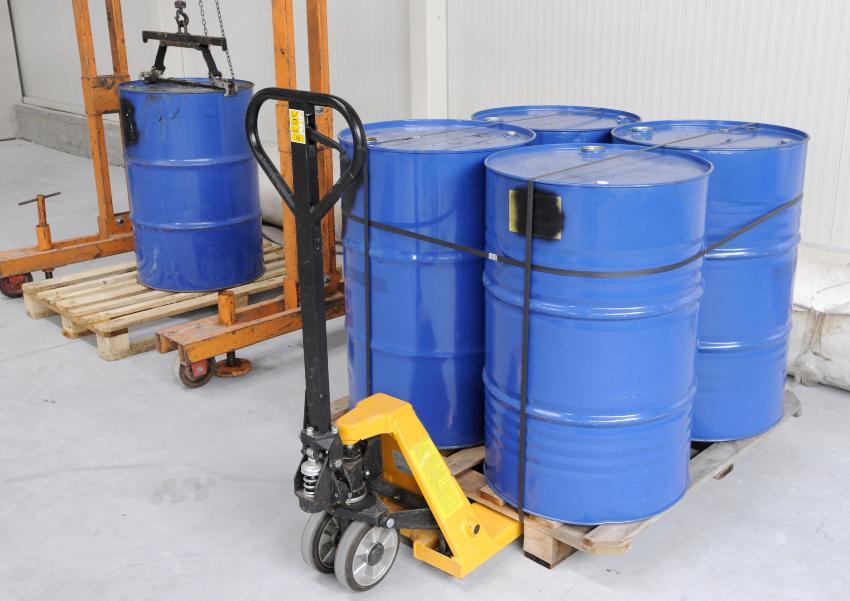 Lagerung bzw. Transport einiger Gefahrstofffässer mit Hubwagen