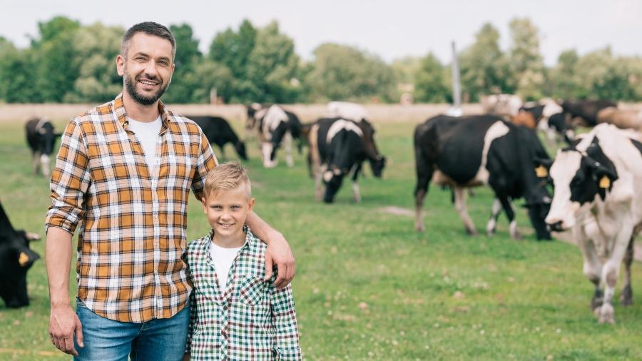 vater-sohn-farm-ibc-auf-dem-bauernhof