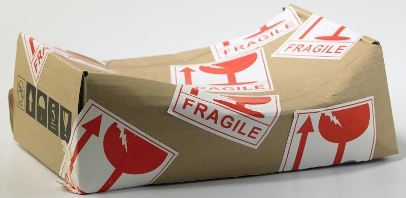 Stark ramponiertes Paket