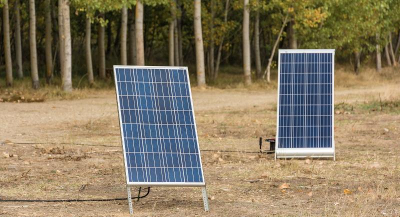 2 kleine Solarpanele - Antrieb für eine Pumpe bei der Bewässerung ohne Strom und Wasseranschluss