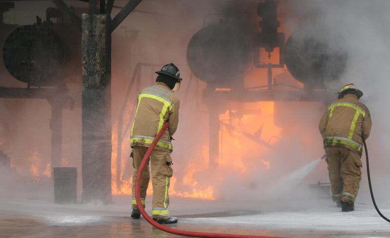 2 Feuerwehrleute löschen Feuer