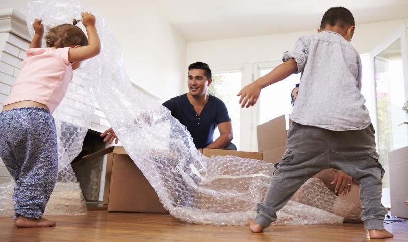 Famile packt zusammen Pakete aus - Lieferwaren sicher verpacken ist essenziell