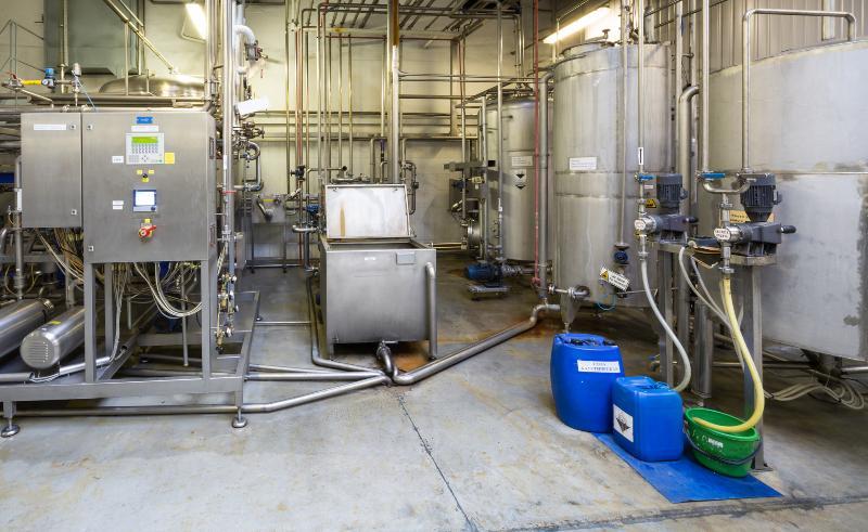 Chemische Anlage mit diversen Behältnissen bei der Zusammenlagerung von Gefahrstoffen