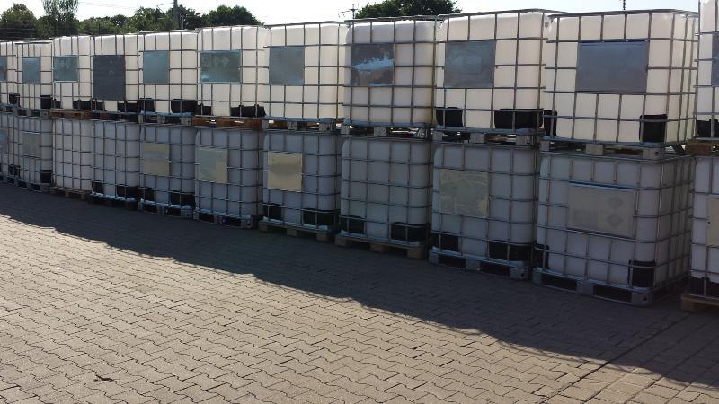 Reihe von aufeinandergestapelten IBC Containern