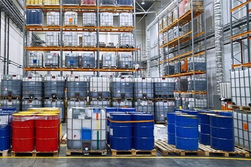 Lagerraum mit vielen Containern und Kanisters in denen Pflanzenschutzmittel lagern
