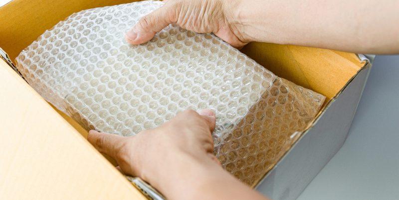 Päkchen wird verpackt - Lieferwaren sicher verpacken