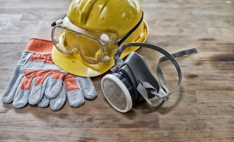 Schutzausrüstung, Helm, Schutzbrille, Handschuhe, Atemschutzmaske