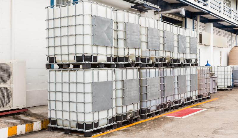 Reihe von gestapelten IBC Containern