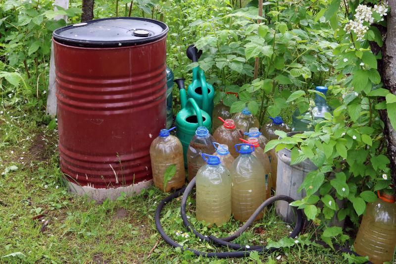 Regentonne und diverse Wasserbehälter