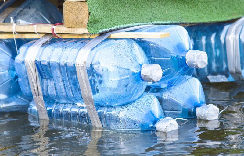 Nahaufnahme von Plastikflaschen eines selbstgebauten Floßes