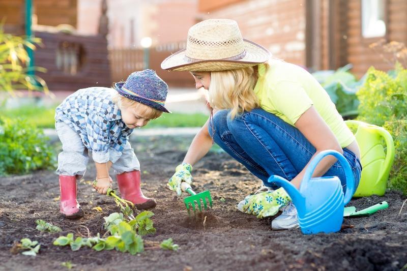 Mutter und Kind bei der Gartenpflege