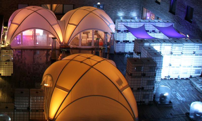 LED Kubiks - Lichtinstallation aus IBC Containern