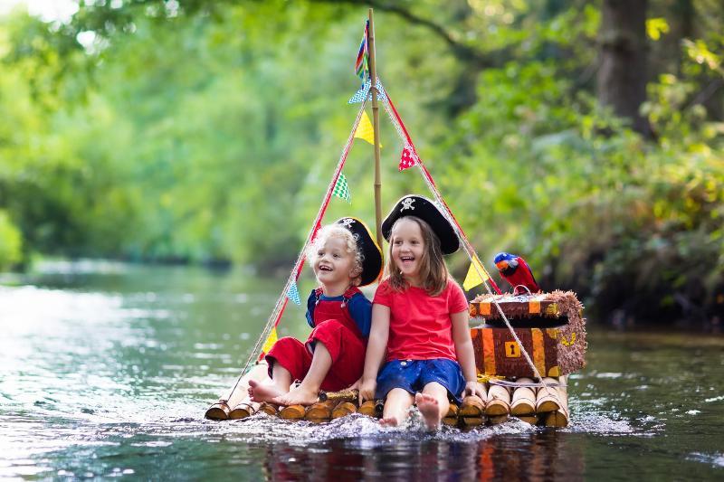 2 Kinder auf Floß - Floß selber bauen ist nicht sehr schwierig