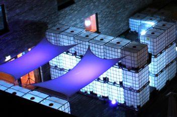 Lichtinstallation aus IBC Containern